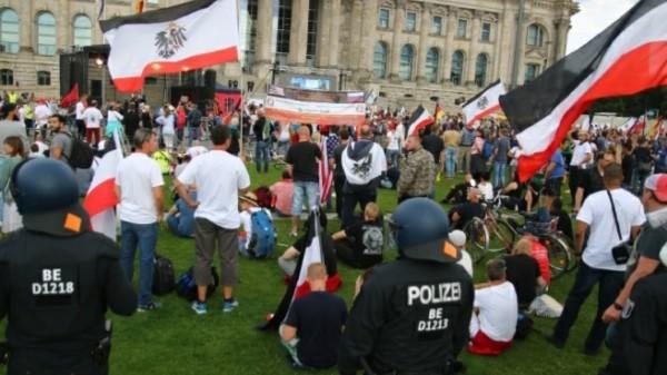 Reichsflaggen vor dem Deutschen Bundestag